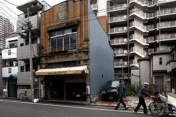 看板建築の元家具店。西早稲田1丁目