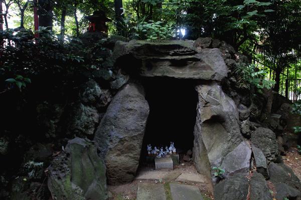 水稲荷神社の富士塚。西早稲田3丁目