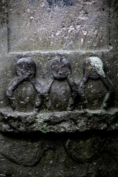 水神社。庚申塔下部の三猿。関口1丁目